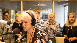 Ungdomar följer med hur radiosändning görs i Yle Östnyland.
