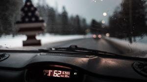 En hastighetsmätare i en mopedbil som visar 62 kilometer i timmen.