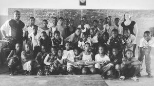 Mustavalkoinen luokkakuva Lindasta ja hänen oppilaistaan.