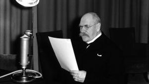 Presidentti Pehr Evind Svinhufvud radiotalon kolmosstudiossa Fabianinkatu 15:ta pitämässä radiopuhetta 1930-luvulla.