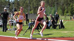 IF Raseborgs Saimi Lupala löper på innerbanan.
