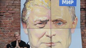 Tavlan med Putin och Trump har målats av den ryske konstnären Alexej Sergienko inför presidenternas möte i Tyskland i somras