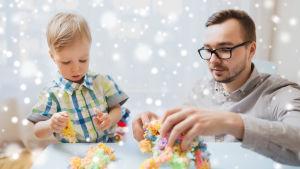 Pojke och pappa pysslar