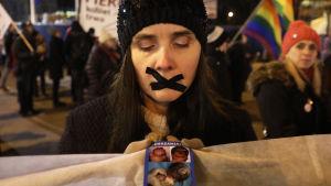 """Rörelsen """"Låt oss rädda kvinnor 2017"""" demonstrerade mot skärpta abortlagar"""