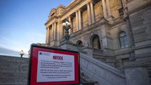 Kongressbiblioteket är stängt tills vidare, enligt skyltar som har ställts upp utanför byggnaden i Washington