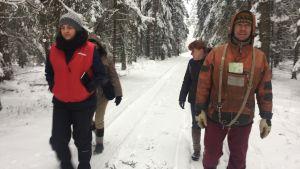 Skogsaktivister partullerar dagligen i skogen.