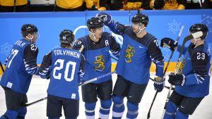 Finländarna firar turneringens första OS-mål.