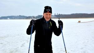 skidåkaren risto vainio som skidar på isen
