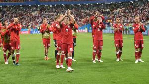 Danska spelarna applåderar efter en match i VM