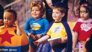 bild ur filmen superbabies. På bilden finns 4 småbarn med superhjältekläder på sig.