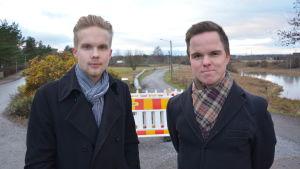 jesper savonheimo och daniel rönnberg som står på promenadsträckan längs med aura å i studentbyn