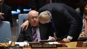 Rysslands FN ambassadör Vassily Nebenzia talar med syriska Bashar Jaafari under FN.s säkerhetsråd 10.4.