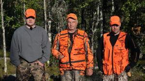 Metsästäjäveljekset isänsä kanssa.