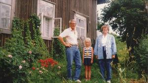 Paavo Jerkku och hans syster på besök i barndomshemmet i Karelen.