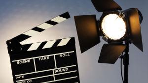 Filmklappa och en lampa för foto- eller filmbelysning.