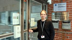 Mikko Mäkinen är biträdande chef vid förvarsenheten i Krämertsskog i Helsingfors.