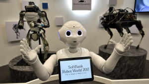 Pepper, gjord av Boston Dynamics, är här utställd på the 'SoftBank Robot World 2017' i Tokyo, Japan, 21 november 2017.