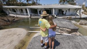 Mike Gilbert kramar om sin dotter Brooke då de ser på sitt förstörda hus i Islamorada i Florida Keys