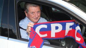 Roy Hodgson sitter i en bil.