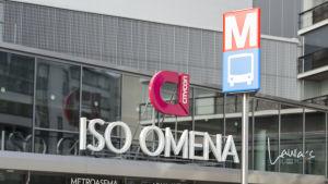 Sisäänkäynti Matinkylän metroasemalle Iso-Omenassa.