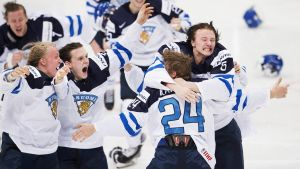 Finland firar JVM-guld, i centrum Kasperi Kapanen.