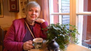 Restaurerare Airi Kallio i sitt tehus i Borgå
