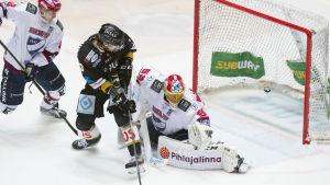 Miika Koivisto styr in pucken.