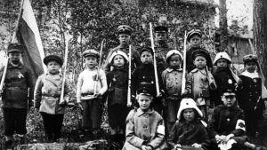 Barn med gevär gjorda av trä under inbördeskriget 1918.