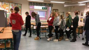 Elever köar till valbåset.