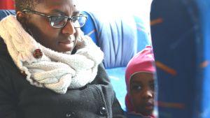Mor och barn på buss.