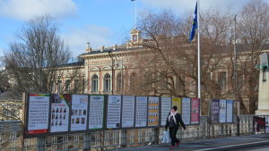 Kandidatlistor längs Aurabron i Åbo under kommunalvalet.