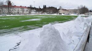 Centrumplan i Ekenäs den 5 mars 2018 kvart över två på eftermiddagen. Litet grön konstgräsplan, men ännu är det snö kvar.