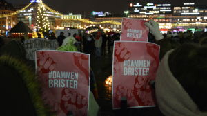 Tre kvinnor håller upp plakat med slagordet #dammenbrister under me too- demonstration.