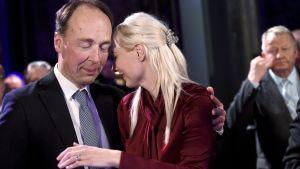 Laura Huhtasaari och Jussi Halla-aho på Sannfinländarnas valvaka.