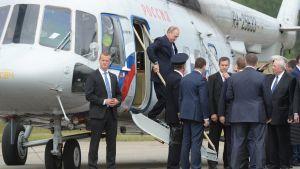 Vladimir Putin stiger ur sin helikopter i Nyslott.