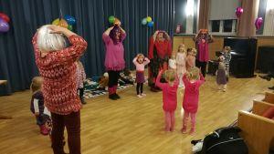 Barn som leker huvud, axel, knä och tå.