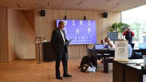 Sveriges ambassadör Anders Ahnlid håller tal för deltagarna wid WikiGap.