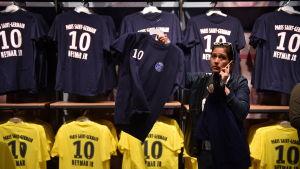 Neymartröjorna är klara för försäljning i PSG:s klubbshop.