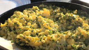 Äggröra på ankägg med citrontimjan och gräslök.
