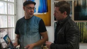 Fotografen Vesa Aaltonen och Taikos Patrik Edman tittar på en bild i Vesa Aaltonens ateljé