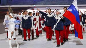 Det ryska laget marscherar in på stadion under öppningsceremonin för vinter-OS i Sotji 2014.