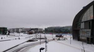 Medborgartorget i Helsingfors sett från riksdagshusets håll. Vintertid.