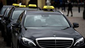 Taxibilar på rad.