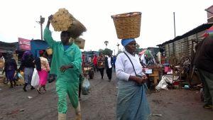 Människor på en marknad i Harare på onsdag morgon efter nattens militärövertagande.