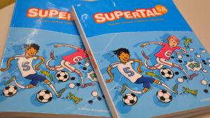 Femmans matematikbok. Den heter Supertal.