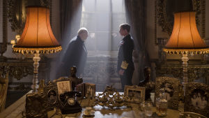 Winston Churchill (Gary Oldman) bugar inför kung George VI (Ben Mendelsohn).