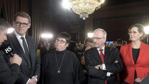 Vanhanen, Kyllönen, Torvalds och Haatainen intervjuas av Helsingin Sanomats journalist i Ständerhuset i Helsingfors.