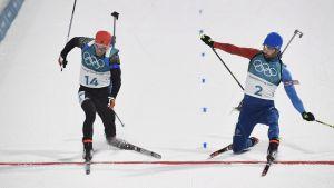 Simon Schempp och Martin Fourcade korsar mållinjen samtidigt