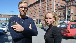 Statsvetarna Janne Berg och Jenny Lindholm utanför Åbo Akademi i Vasa.