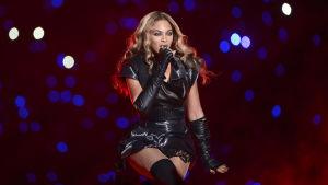 Beyoncé sjunger.